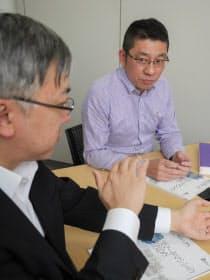 投資家/ブロガー/経済ジャーナリストの山本一郎氏(左)、盛之助 代表取締役社長の川口盛之助氏(右)(写真:加藤康、以下すべて同じ)