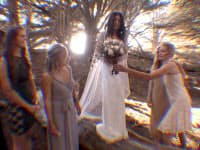 映画「ゼロポイント」の結婚式のシーン。横を向くと親族と思われる人たちが談笑している