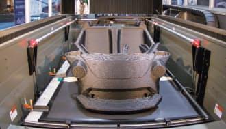図3 溶融樹脂をノズルから吐出する熱溶解積層方式の3Dプリンター「BAAM」。4.0×2.0×0.9mの造形エリアを持つ。炭素繊維強化ABSの場合で、1時間に16kgもの材料を吐出する(写真:Local Motors)