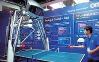 図2 ヒトに打ちやすい球を返すオムロンの「卓球ロボット」。人感センサーとステレオカメラを使って、プレーヤーの場所を判定し、打ち返しやすい場所に球を打ち返す。ラリーを続けるという共通の目的に向かって「協働」するというコンセプトで作られた