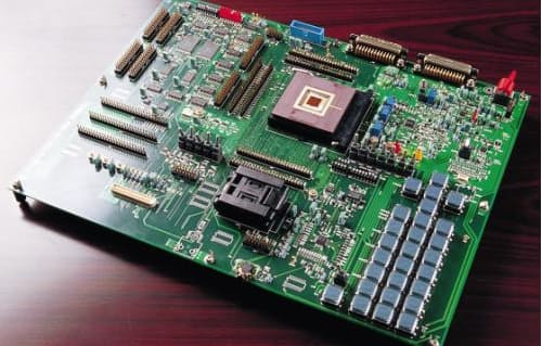 三菱電機によるiモード対応携帯電話機の試作ボード(写真:長尾純之助)