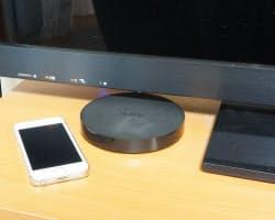 テレビの下に置くとこんな感じになる。隣にあるのはiPhone5sだ。薄くてコンパクトなので置き場所には困らない