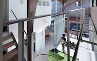図1 南側は吹き抜けで、小屋裏までが一体の空間。樹木のような2本の柱で屋根を支えている(写真:吉田誠、以下同)