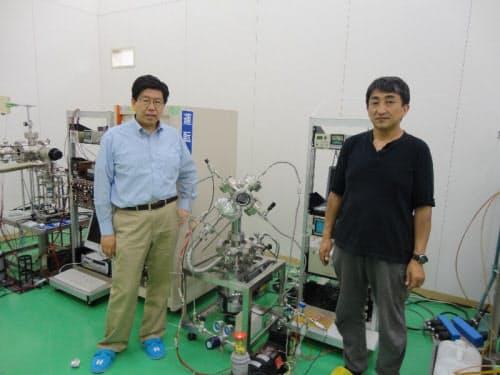 図1 東北大学・電子光理学研究センターに設置した凝集系核反応共同研究部門の実験室。岩村康弘特任教授(左)と伊藤岳彦客員准教授(右)。両研究者とも三菱重工業から移籍した(出所:日経BP)