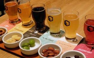 スプリングバレーブルワリー東京の定番6種を味わえる「テイスティングフライト」は、カラフルで気分も上がる。それぞれに合うおつまみのセットもある
