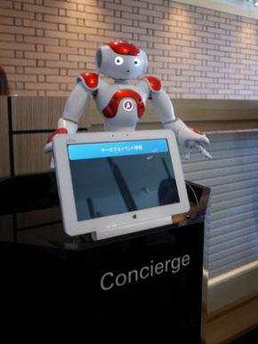 写真1 友達のような口調で語りかけるコンシェルジュロボット