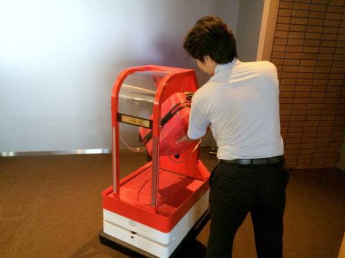 写真2 ポーターロボットの荷台に荷物を載せる