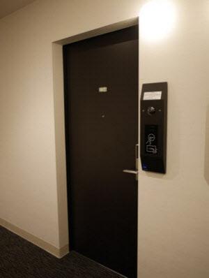 写真5 客室ドアの横にカードキーの読み取り装置と顔認証用のカメラがある