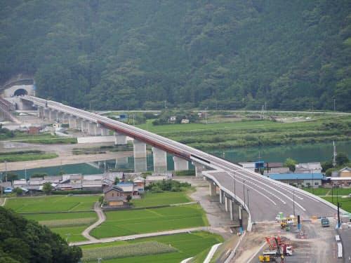 建設中の日置川橋の様子。長さは888m(写真:国土交通省紀南河川国道事務所)
