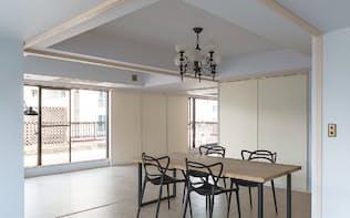 図5 東京・本郷に建つ築33年のマンションの1室を、床チャンバー空調を用いて改修した。設計はバウ・フィジックデザインラボで、施工はアプリア。住戸面積は89m2(平方メートル)(写真:バウ・フィジックデザインラボ)