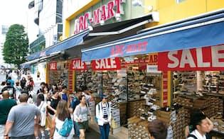 違法な長時間残業を指摘された東京・原宿の明治通り沿いにある「ABC-MART原宿店」。外国人観光客が半数近くを占める。閉店時間後も客足が途絶えず営業を続けたことなどが長時間残業の一因だった (写真:的野弘路)