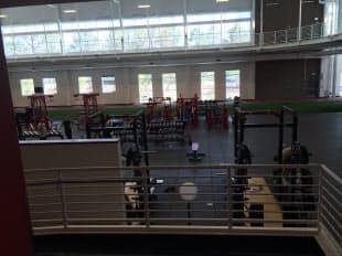 オリンピック・トレーニングセンターの体育館にあるトレーニング機器