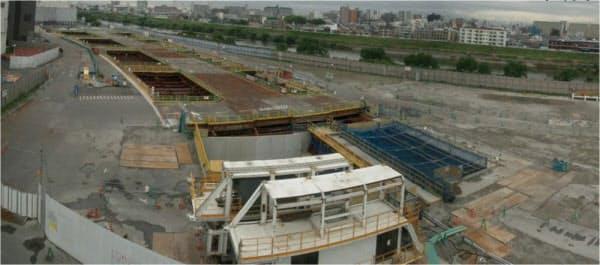 開削区間の2013年5月末の状況。手前がNo5たて坑、左手奥がNo4たて坑だ(写真:大阪府)