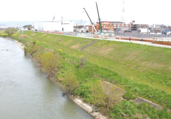 阪神高速大和川線の建設現場は、大和川に近接している。2014年4月に撮影(写真:日経コンストラクション)