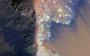 火星にあるくぼ地「コプラテス・カズマ」の急斜面に見られる黒い筋。これらは、化合物を含む水が流れてできたものとわかった。(PHOTOGRAPH BY NASA/JPL-CALTECH/UNIV. OF ARIZONA)