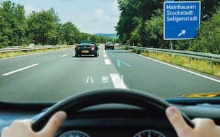 現実の光景に重ね合わせてフロントガラスに速度やコースなどの情報を投影する最先端のHMI技術
