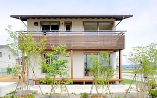 松尾設計室が設計し、池田組(新潟県長岡市)が施工した花園モデルハウス。南側に夏の日差しを遮る深い軒を設けたうえ、冬に日射取得できるよう大きな開口を設けた。UA値は0.38W/m2K、一次エネルギー消費量は78.5GJ/年(写真:池田組)