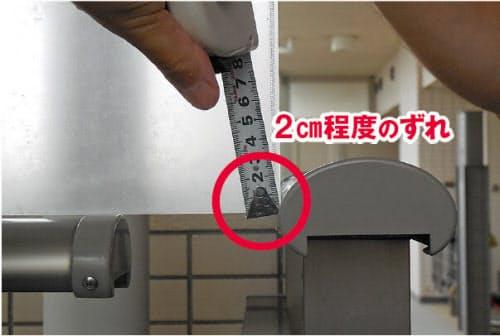 図3 2014年9月ごろに見つかったとされる渡り廊下の手すりのずれ。住民がこのずれを、販売主の三井不動産レジデンシャルに連絡したことをきっかけに、杭工事データの改ざんが発覚した (写真:横浜市)