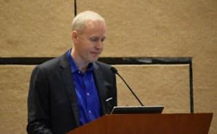 世界の情報家電市場について2015年の推定と2016年の予測を発表するCTAのスティーブ・ケーニッヒ氏