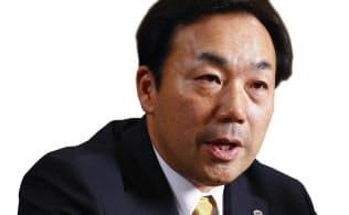 単独インタビューに応じたヤマトHDの山内雅喜社長。ヤマトは11年ぶりに意見広告を掲載した(右)(写真左:竹井俊晴)