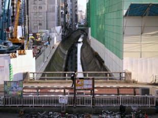 図1 渋谷駅南街区の計画地を駅側から見る。渋谷川の西側(写真右手)に続き、川の東側の一部にも対象区域がある。川の存在を生かした整備となる(写真:日経アーキテクチュア、2015年12月撮影)