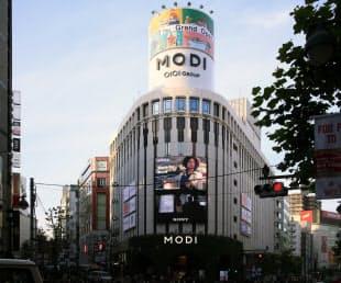 図3 大規模の新築がまだ少ない中で目立ったのが、公園通りの入り口の「渋谷モディ」。旧マルイシティを全館リニューアルして15年11月に開業した(写真:日経アーキテクチュア)