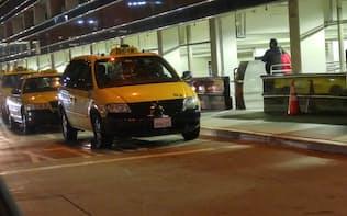 空港で乗客を待つ既存のタクシー。ウーバーなどの急成長により、売り上げを大きく落としている