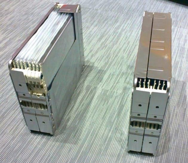図2 新型「リーフ」搭載の電池モジュール。左はカットモデル。従来は4セル/モジュール×48モジュールで1パックとしていたが、今回は8セル/モジュール×24モジュールとした。総セル数は同じだが、モジュール数を半分に減らすことで金属筐体などの周辺部材を削減し、スペース効率を上げた