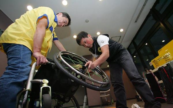 オフィシャル修理班を務めたOXエンジニアリングの畠沢氏(右)。普段は営業部に所属しているが、同社では営業担当者でも基本的に全員が技術対応できるという