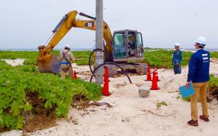 無人島に電柱を設置し、那覇からの電波を増幅する「リピーター」を設置した