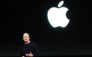 本社で新製品を発表するアップルのティム・クックCEO