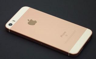 iPhoneSEで追加されたローズゴールドのモデル。背後に書いてある「SE」の文字以外はiPhone5sのデザインとそっくりだ