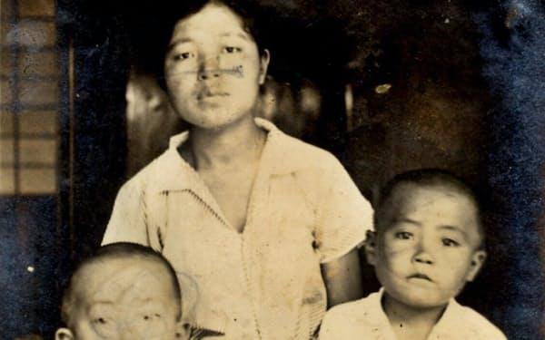 母と兄利則(右)と(5歳、鹿児島市の自宅)