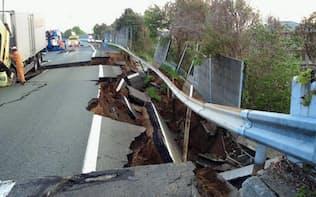 盛り土が崩壊したことで、路面に陥没やひび割れが多数生じた。4月18日時点で通行止めが続いている(写真:西日本高速道路)