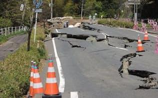 前震によって益城町寺迫の北側に生じた大規模な陥没。本震でさらに被害が拡大している(写真:日経コンストラクション)