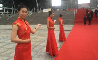 レッドカーペットを敷いたCEチャイナの会場入り口ではチャイナドレスの女性が出迎えてくれた