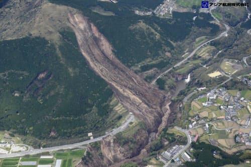 阿蘇大橋付近で発生した大規模な斜面崩壊。写真を斜めに横切る国道57号を寸断した。阿蘇大橋は、国道57号と、写真右下で左にカーブする道路の間に架かっていた(写真:アジア航測)
