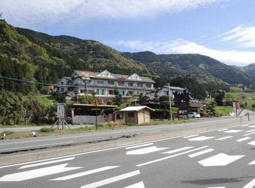 地震の被害を受けた建物。路面には亀裂が走っている(写真:日経コンストラクション)