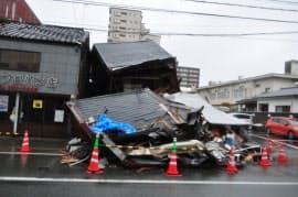 熊本市中央区の家屋が全壊し、駐車中の車を巻き込んだ