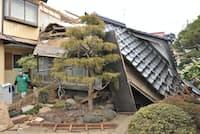 地震で屋根が崩れ落ちた住宅(宮城県栗原市)