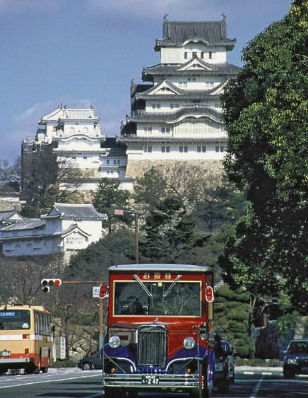 姫路城とレトロバス