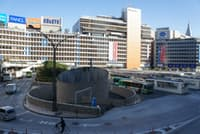 新宿駅西口にある駅前広場。東西通路完成で再開発に弾みがつく可能性も