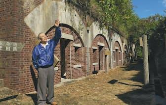 中部砲台近くに残る兵舎跡。ガイドの香西さんが見所を説明
