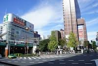 右手の茶色いビルが西武新宿の駅ビル。新宿プリンスホテルと一体化している