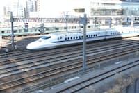 東京駅と品川駅の間にある札の辻橋(東京・港)付近を走る東海道新幹線。電柱に挟まれた4線が新幹線の線路。4線のうち2線は車庫に向かう線路となっている