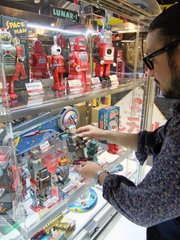 8a2c2d8bce 4階にあるコンセプトショップ「変や」。古川社長の一押しで、ブリキのロボットやマジンガーZの巨大人形など希少な玩具でいっぱい
