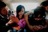 2012年9月、友人と散歩中に突然誘拐され、車の中で必死に抵抗する、大学生のファリーダ(左の女性、20歳)。誘拐したトゥシュトンベック(左端、26歳)に、「あなたとは絶対に結婚しないから、早くここから出して」と叫ぶ(写真:林典子、以下同)
