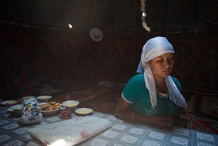 2012年7月7日。2日前に23歳のアマンに誘拐され、6時間の抵抗の末、結婚を受け入れた、18歳のチョルポン。イスラムの結婚式「ニカ」が終わり、招待客が去った室内に独り残り、考え込む(写真:林典子、以下同)