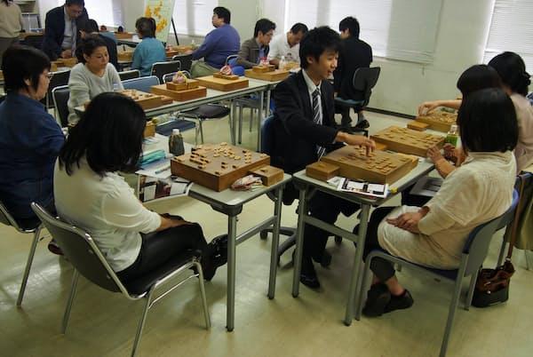 日本将棋連盟が毎週末に開く女性向け将棋教室「レディースセミナー」(東京・渋谷)