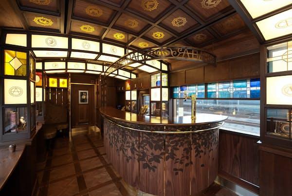 JR九州の特急「A列車で行こう」のバーカウンター。往年のジャズの名ナンバーを冠した列車。16世紀の天草に伝わった南蛮文化をテーマにデザインされ、木やステンドグラスを配した落ち着いた色調の車内は大人の雰囲気が漂う